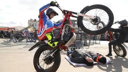 Мотосезон в столице Поморья открыли участники экстремального мототриал-шоу