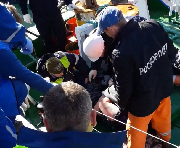Мужчина свалился в воду из-за обвалившейся под ним плиты на железнодорожном мосту в Архангельске