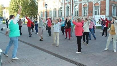 Под открытым небом: в Архангельске продолжаются занятия оздоровительными танцами