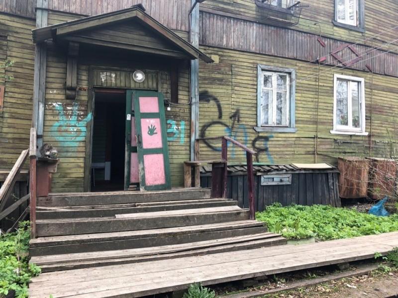Сносить не будут: жильцы аварийной двухэтажки в Архангельске восемь лет не могут добиться расселения