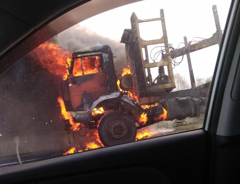 «Кабина выгорела вся»: на северодвинской трассе на ходу загорелся КАМАЗ