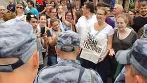 Дубинки, автозаки и чтение газет: в Москве и Петербурге прошли акции в поддержку Ивана Голунова