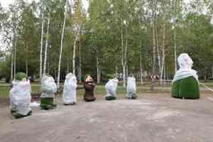 Трехметровая зеленая Белоснежка и 7 гномов из стекловолокна: в Архангельске украшают Майский парк