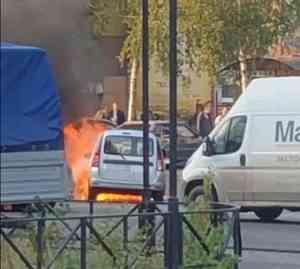 На Обводном канале в Архангельске загорелся автомобиль