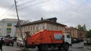 «Наехал задним ходом»: в Архангельске мусоровоз повредил столб и перегородил проезжую часть