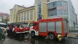 К зданию кукольного театра в Архангельске съехалась техника экстренных служб