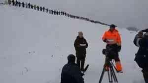 Десятки людей выстроились вдоль железной дороги, чтобы записать видеообращение про Шиес