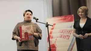Книга, посвященная строительству Архангельского ЦБК и поселка Мечкострой, вручена новодвинским школам