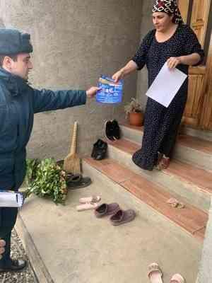 Сотрудники МЧС  проводят в жилом секторе республики  противопожарные подворовые обходы