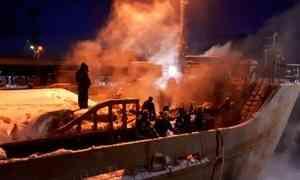 ВАрхангельске назаводе «Красная кузница» произошёл пожар на сухогрузе «Святитель Иннокентий»