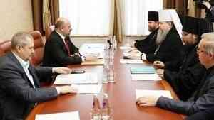 Губернатор Игорь Орлов и митрополит Корнилий обсудили строительство Михаило-Архангельского собора