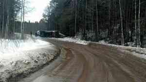 Водитель автопоезда скончался после наезда на снежный вал в Архангельской области