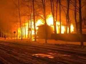 В Плесецке минувшей ночью со второй попытки сгорело здание бывшего военкомата
