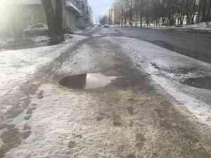 Жители Архангельска продолжают терпеть: нескосит корона— доведут грязные иубогие тротуары