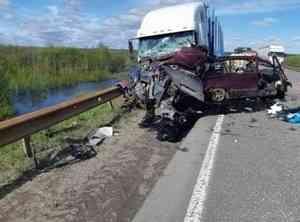 Котласский р-н: «Мерседес» против «Фрейтлайнера»… грузовик оказался прочнее