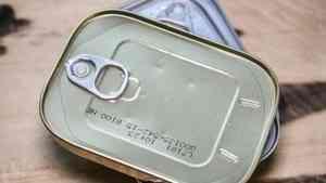 Северодвинец в обход кассы умудрился пронести 15 банок печени трески