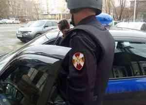 В городе Коряжма Архангельской области наряд Росгвардии задержал подозреваемую в краже женской парфюмерии и денежных средств