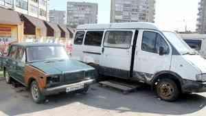 Автохлам много лет занимает четверть парковки у магазина «Диета» в Архангельске