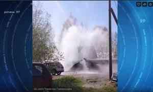 ВАрхангельске впервый день гидравлических испытаний прорвало трубу, горячая вода подмыла огороды