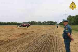 Сотрудники МЧС Карачаево-Черкессии проводят работу по предотвращению пожаров во время зерноуборочной кампании