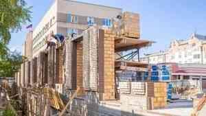 На стройплощадке ЖК «Фамилия» ведется кирпичная кладка стен 1-го этажа