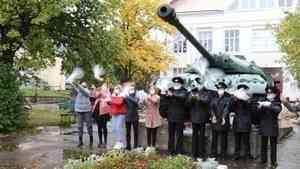 В международный день Мира архангельская молодежь выпустила в небо белых голубей