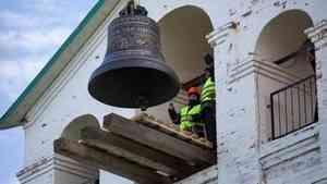 На звоннице Антониево-Сийского монастыря установили главный колокол
