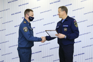 Андрей Гурович торжественно вручил ключи от квартир 5 военнослужащим ведомства