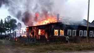 Единственный житель аварийной «деревяшки» пострадал при пожаре в Пинежском районе