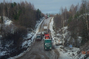 Из-за распутицы большегрузы застряли на дороге в Красноборском районе