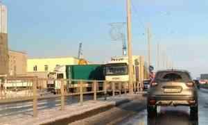 На Архангельском шоссе в Северодвинске из-за ДТП с двумя фурами образовалась пробка