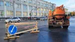 В центре Архангельска из-за коммунальной аварии провалился обновленный асфальт