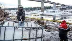 Ликвидаторы завершают очистку реки Колва в НАО от нефтесодержащей жидкости