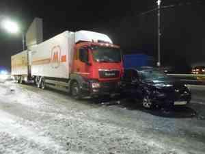 На Краснофлотском мосту грузовик столкнулся с иномаркой
