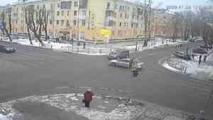 Видео: в Северодвинске сбитый иномаркой на тротуаре пенсионер чудом остался жив