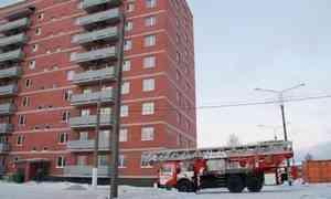 В Архангельске из окна многоквартирного дома выпала молодая девушка