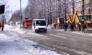 В Коряжме продолжают устранять аварию на улице Архангельской
