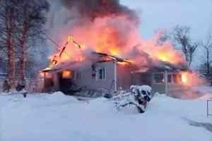 В Исакогорском округе Архангельска сгорел деревянный дом