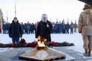 Митрополит Корнилий в День защитника Отечества возложил цветы к монументу Победы в Архангельске