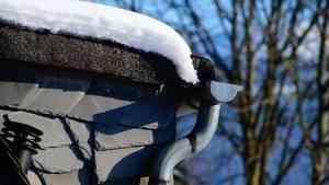 Видео: на северодвинскую школьницу упал снег с крыши