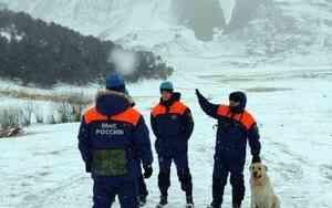 В горах Чеченской Республики спасатели МЧС провели тренировку по спасению пострадавшего
