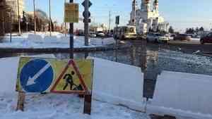 В Архангельске из-за прорыва трубы затопило улицу Иоанна Кронштадтского