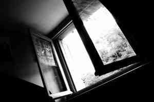 В Архангельской области из окна пятого этажа упал полуторагодовалый ребенок