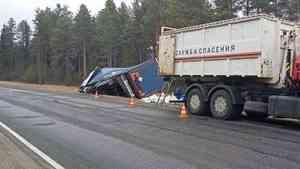 На трассе М-8 в Поморье перевернулась фура с соляной кислотой