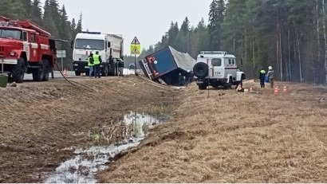 На федеральной трассе М-8 в Архангельской области разлилась соляная кислота