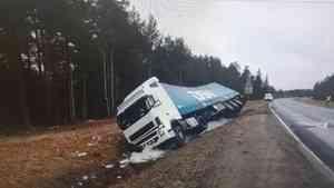 На дороге в Архангельской области разлилась кислота