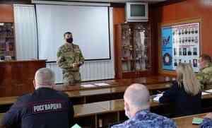 В Архангельске офицер Росгвардии провёл занятие с руководителями групп по военно-политической подготовке