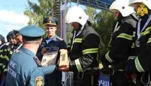 В Санкт-Петербурге прошли первые всероссийские соревнования на звание лучшего звена газодымозащитной службы МЧС России (видео)