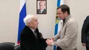 Александр Цыбульский поздравил с 95-летием ветерана лесной отрасли Александра Папия