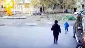 Видео: пятилетний ребенок попал под колеса автомобиля во дворе дома в Архангельске